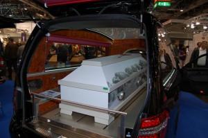 Ein Leichenwagen - Teil der Messeneuheiten.