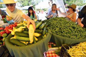 Wie aus dem Füllhorn: Auf den Bauernmärkten Colorados, wie hier in Denver, sind Obst und Gemüse aus Öko-Anbau gefragt.